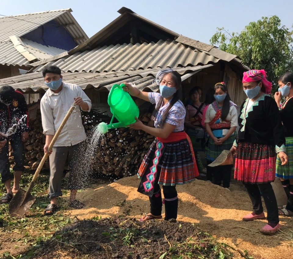 Participants in the Village Model Farm program in Lai Chau Province practice composting during a monthly training session, while wearing masks to protect against COVID-19
